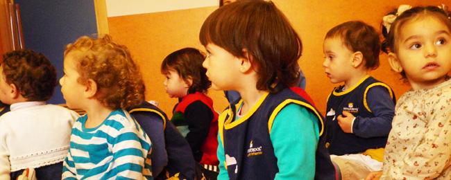 Perfil de un niño de 2 años junto a sus compañeros de clase