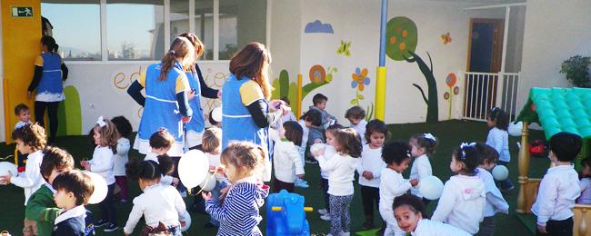Alumnos de infantil alrededor de sus profesoras
