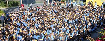 Multitud de alumnos en el patio del colegio