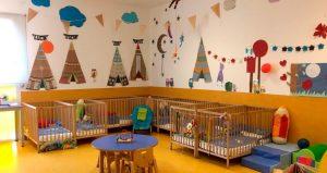 Interior del aula de bebés con cunas