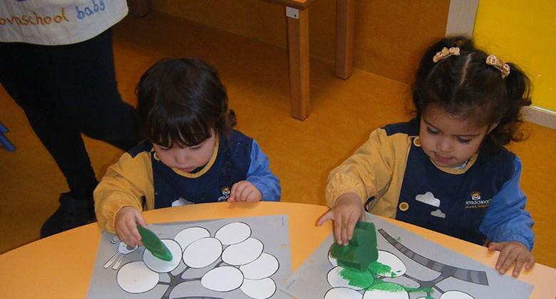 Alumnos realizando manualidades en una mesa